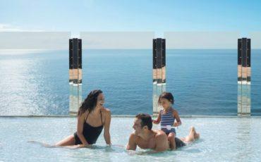 משפחה נהנית בבריכה בהפלגה לברצלונה
