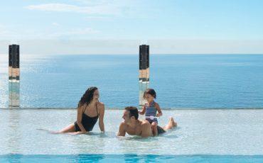 משפחה נהנית בבריכה ובשמש בהפלגה