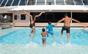 משפחה נהנית בבריכה בקרוז לברצלונה